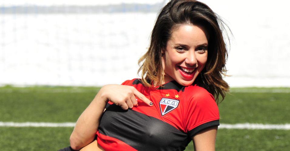 Gata Grazy Alcântara mostra o escudo do Atlético-GO.