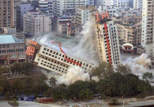 a65ee543ac China - Metade de prédio vai ao chão enquanto a outra parte permanece em pé  durante implosão que deu errado em Liuzhou.