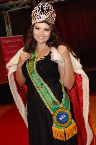 Segunda-feira (23/1) - Cleo Fernandes, de Goiânia (GO), foi coroada Miss Brasil Plus Size (MBPS), em São Paulo. O concurso foi organizado pela blogueira Renata Issas e aconteceu em um restaurante na rua Augusta. O segundo lugar ficou para a Mirelle Birck, de Fortaleza (CE), e o prêmio de Miss Simpatia foi dado a Carolina Lages, de São Paulo (SP).