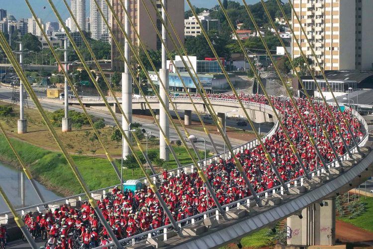Quarta-feira (25/1) - Cerca de 8 mil ciclistas participam da 4ª edição do World Bike Tour São Paulo, realizada na manhã de hoje como parte das comemorações do aniversário da cidade de São Paulo. O passeio causou congestionamento de quase 13 quilômetros na pista local da marginal Pinheiros, na zona sul de São Paulo, às 10h30.