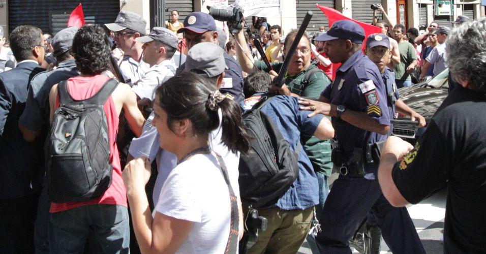 Quarta-feira (25/1) -Manifestantes fazem protesto, na frente da Catedral da Sé, no centro de São Paulo, contra a ação da polícia na região da cracolândia e no bairro do Pinheirinho, em São José dos Campos (SP). No momento em que o prefeito Gilberto Kassab deixou a missa em comemoração ao aniversário de São Paulo, os manifestantes entraram em confronto com guardas e policiais militares.
