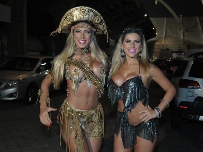 Segunda-feira (30/1) - As irmãs Ana Paula e Tati Minerato participam de ensaio da Unidos de Vila Maria em São Paulo no último sábado (27/2/12).