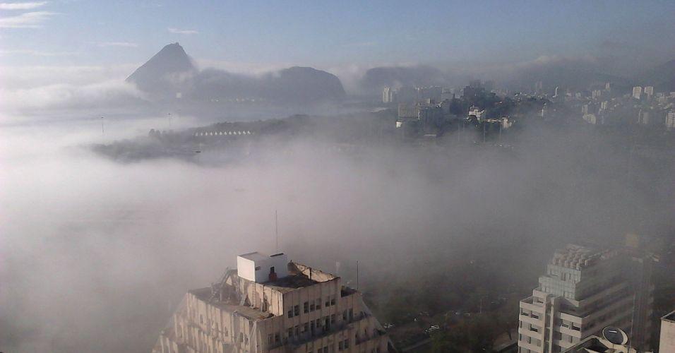 Terça-feira (31/1) - No meio da manhã um forte nevoeiro na orla de Copacabana e no centro do Rio de Janeiro fez desaparecerem os prédios e o Pão de Açúcar