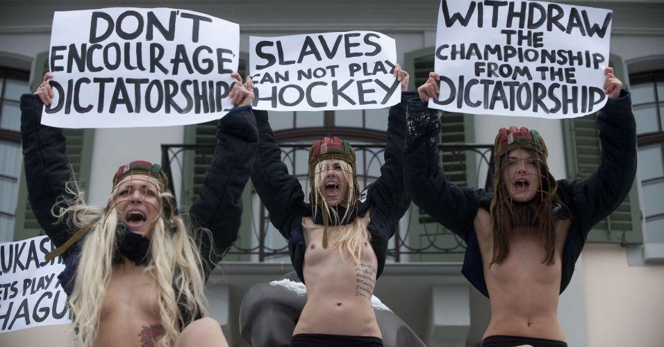 Quarta-feira (1/2) - Ativistas do Femen, gritam slogans durante protesto em Zurique, contra a copa mundial de hóquei em 2014, realizada em Belarus