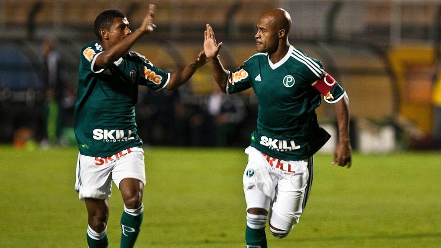 Quarta-feira (1/2) - Marcos Assunção comemora o primeiro gol do Palmeiras marcado por ele na partida contra o Mogi Mirim, no Pacaembu. Em duas oportunidades na bola parada, o volante garantiu a vitória do time alviverde.
