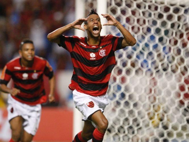 Quarta-feira (1/2) - O lateral direito Léo Moura comemora o seu gol no duelo entre Flamengo e Real Potosí, pela Copa Libertadores. Com a vitória por 2 a 0, o time carioca garantiu a vaga para fase de grupos da Copa Libertadores.