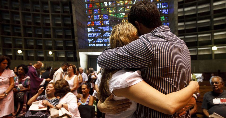 Quinta-feira (2/1) - Familiares e amigos participam da missa de sétimo dia das vítimas do desabamento dos três prédios da avenida Treze de Maio, no centro do Rio de Janeiro.