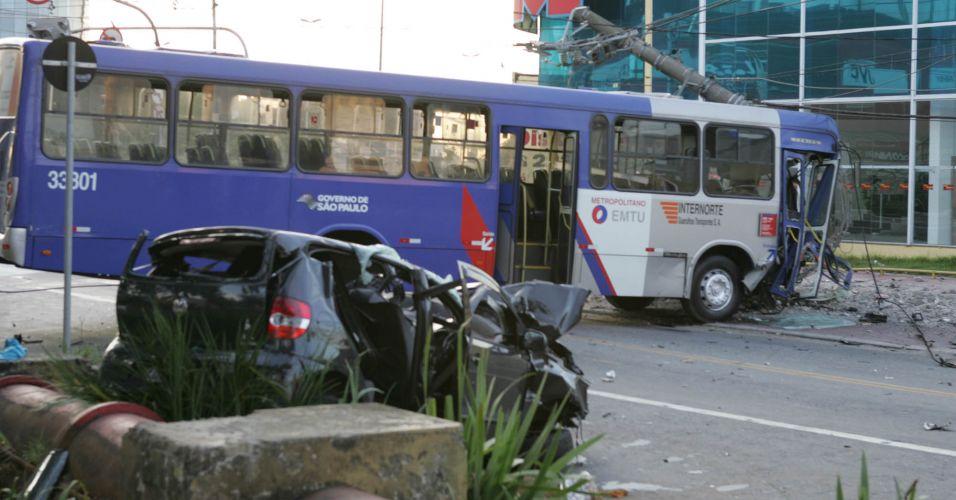 Sexta-feira (2/3) - Duas pessoas morreram e sete ficaram feridas, por volta das 4h30 desta sexta-feira (2), em um acidente envolvendo um ônibus e um Fox cinza na esquina da avenida Monteiro Lobato com a avenida Paulo Faccini, na Vila Palmeiras, em Guarulhos, na Grande São Paulo. O veículo de passeio era ocupado por quatro homens; dois deles morreram no local e os outros dois foram levados em estado grave para o pronto-socorro.