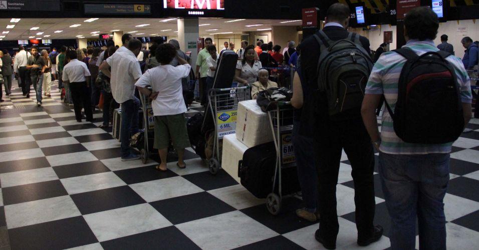 Sexta-feira (2/3) - Falha no sistema de check-in da TAM provoca filas no aeroporto de Congonhas, na zona sul de São Paulo. Segundo a Infraero, o check-in estava sendo feito manualmente, com papel e caneta. Até o final da tarde desta sexta, os atrasos em voos da companhia aérea chegou a 31%.