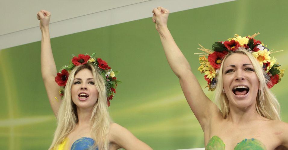 Sexta-feira (2/3) - Ativistas do grupo feminista ucraniano Femen, Alexandra e Inna Shevchenko, participam de coletiva de imprensa, em Viena, na Áustria. A dupla pintou os seios e usou a tinta em cartazes para mostrar sua forma de protesto.