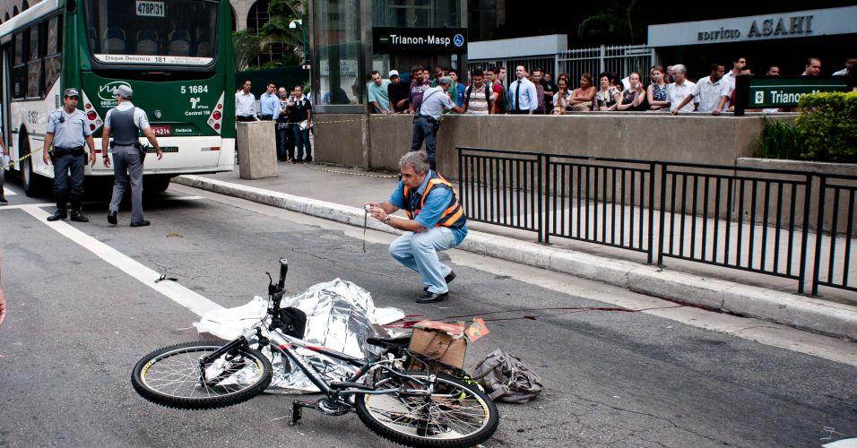 Sexta-feira (2/3) - Ônibus atropela e mata mulher que andava de bicicleta na avenida Paulista, próximo ao cruzamento da rua Pamplona, na manhã desta sexta-feira (2).