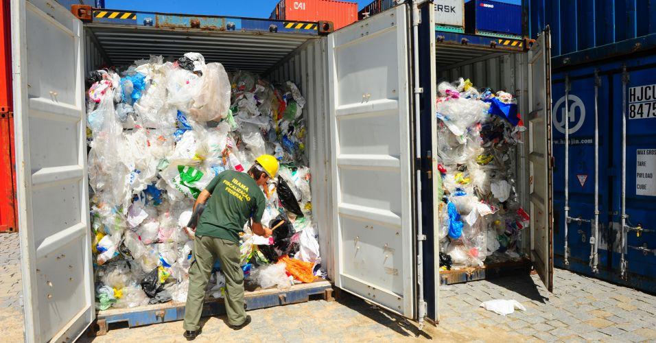 Sexta-feira (2/3) - A alfândega da Receita Federal apreendeu 40 toneladas de lixo que seriam descarregadas em um terminal de contêineres da região de Itajaí (SC). A carga, que veio do Canadá, estava distribuída em dois contêineres. A declaração de importação foi registrada no final de fevereiro, e informava que a carga continha polietileno.
