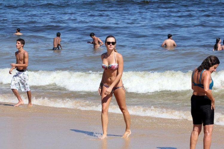 Segunda-feira (6/2) - A atriz e apresentadora Fiorella Mattheis exibe a boa forma durante dia de sol na praia do Leblon, Rio de Janeiro.