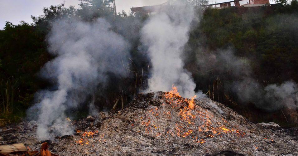 Segunda-feira (6/2) - Vários focos de incêndio aparecem em diferentes pontos do terreno, onde ficava a comunidade de Pinheirinho, em São José dos Campos (SP), recentemente desocupada após ação da polícia