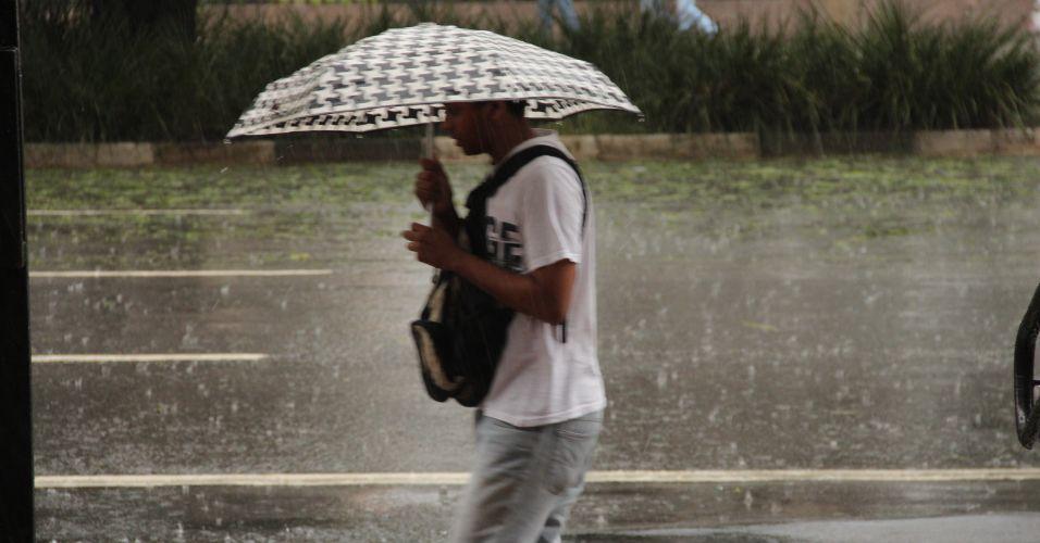 Terça-feira (7/2) - Paulistano tenta se proteger de chuva que atingiu São Paulo. Na região do Jardim Paulista, na zona oeste da capital, caiu granizo. O CGE (Centro de Gerenciamento de Emergências) chegou a decretar estado de atenção para alagamentos em várias regiões da cidade.