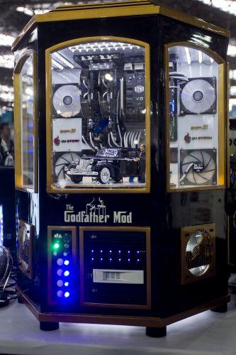 Quinta-feira (9/2) - CPUs diferentes se destacam na Campus Party 2012, um dos maiores eventos de tecnologia do país. Na imagem, por exemplo, aparece a máquina do comerciante Omar Majzoub, 24, que modificou seu computador com o tema do filme 'O Poderoso Chefão'.