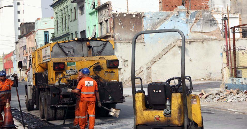 Sexta-feira (10/2) - Equipe realiza a demolição de casarões localizados em terreno na Nova Luz, conhecida como Cracolândia, no centro da cidade de São Paulo