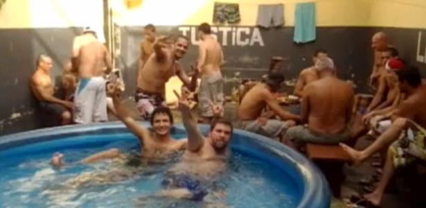 Sexta-feira (10/2) - Presos fizeram uma festa com churrasco, bebidas e até uma piscina inflável na carceragem da delegacia de Bandeirantes (426 km de Curitiba). Segundo reportagem exibida pelo programa 'Paraná TV', da RPC, a festa foi realizada em dezembro de 2011. Nas fotos, é possível ver telefones celulares na cintura dos detentos. A Polícia Civil do Paraná informou, em nota, que afastou o delegado Alessando Luz e que irá investigar o caso.