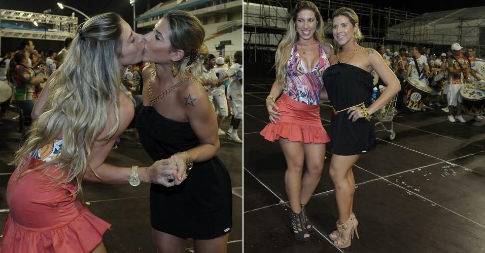 Sexta-feira (10/2) - Tati Minerato e Ana Paula Minerato, musas da escola Gaviões da Fiel, capricharam no famoso selinho durante ensaio da Águia de Ouro em São Paulo (9/2).