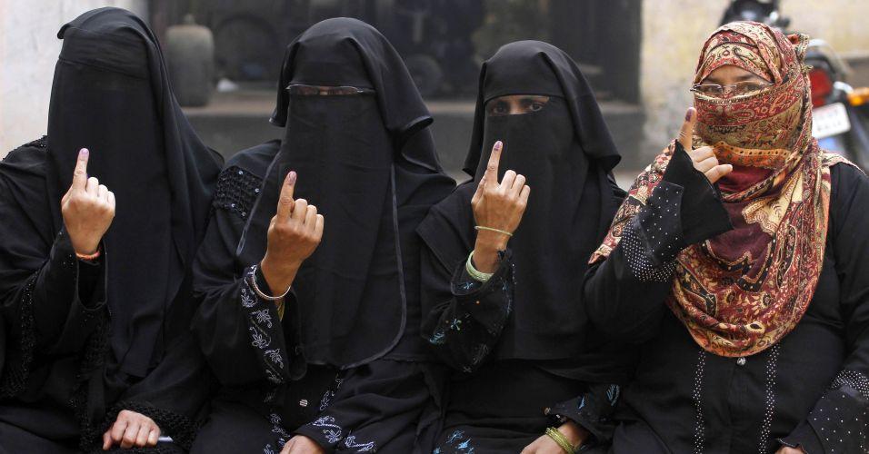 Quarta-feira (15/2) - Indianas exibem marca de tinta nos dedos indicadores depois de votarem em Varanasi, nesta quarta-feira (15). A terceira fase das eleições de Uttar Pradesh, Estado mais populoso e politicamente crucial da Índia, está sendo realizada hoje. Ao todo, são sete fases
