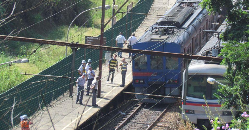 Quarta-feira (15/2) - Ao menos 32 pessoas, segundo os bombeiros, ficaram levemente feridas no acidente envolvendo um trem e uma locomotiva da Companhia Paulista de Trens Metropolitanos (CPTM) na manhã de hoje (15), na Linha 7-rubi (Francisco Morato-Luz). Por volta das 9 horas, uma locomotiva que faz a manutenção da via bateu na traseira de um trem de passageiros, que seguia para a estação Luz, no centro de São Paulo. Os passageiros desembarcaram da composição e seguiram viagem em outro trem.