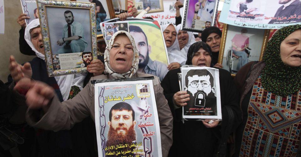 Quarta-feira (15/2) - Mulheres mostram retratos do palestino Khader Adnan, que está em greve de fome há 60 dias contra sua prisão administrativa, na cidade de Hebron, na Cisjordânia. O relator especial da ONU sobre Direitos Humanos nos territórios palestinos ocupados, Richard Falk, pediu para a comunidade internacional intervir urgentemente em favor do prisioneiro palestino junto ao governo de Israel.