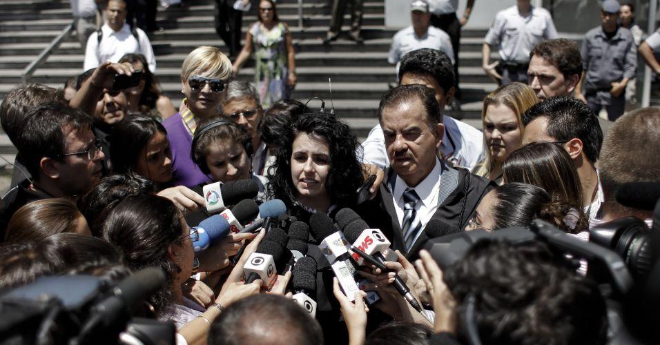 Quarta-feira (15/2) - A advogada de Lindemberg Alves, Ana Lúcia Assad, conversa com a imprensa no terceiro dia de julgamento do rapaz acusado de matar Eloá Pimentel, 15, após mantê-la como refém por cerca de cem horas em outubro de 2008. O dia foi quase totalmente dedicado ao depoimento do réu, que falou pela primeira vez sobre o caso. Ele ficou quase quatro horas respondendo a perguntas da juíza e da acusação. Já os questionamentos da defesa duraram cerca de dez minutos.