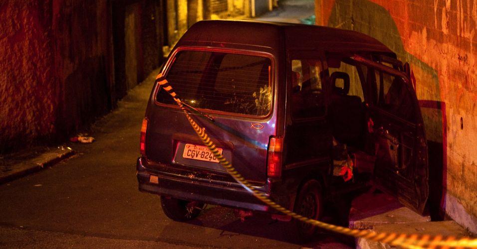 Sexta-feira (17/2) - Jovem de 18 anos morre prensado por van que desceu desgovernada a travessa Edson Machado, na zona sul de São Paulo. A vítima conseguiu empurrar a namorada a tempo de ela não ser atingida pelo veículo. O motorista fugiu logo após o acidente.