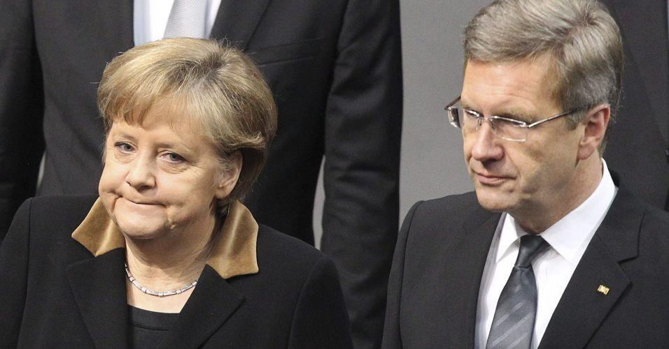 Sexta-feira (17/2) - Foto de 27 de janeiro deste ano mostra a chanceler alemã Angela Merkel e o presidente da Alemanha, Christian Wulff, que anunciou que vai deixar o cargo devido às denúncias de corrupção e tráfico de influência em seu governo