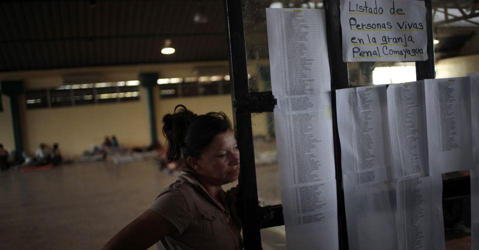 Terça-feira (21/2) - Mulher é vista ao lado da lista de presos que sobreviveram ao incêndio que ocorreu no último dia 14 numa prisão de Honduras. Parentes das vítimas lutaram com a polícia na última segunda-feira (20) para ter acesso ao necrotério e identificar seus parentes mortos.