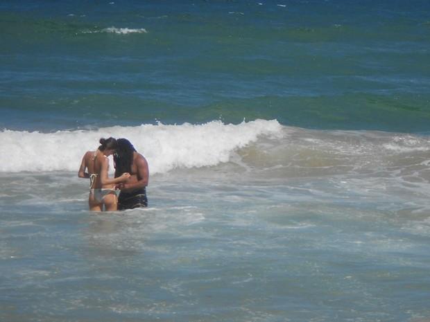 Quinta-feira (23/2) - De férias em Salvador (BA), Isabeli Fontana aproveitou para curtir o clima quente na praia do Flamengo com o namorado Rohan Marley (22/2). Em um momento, a top quase perdeu o biquíni mas contou com a ajuda do amado.