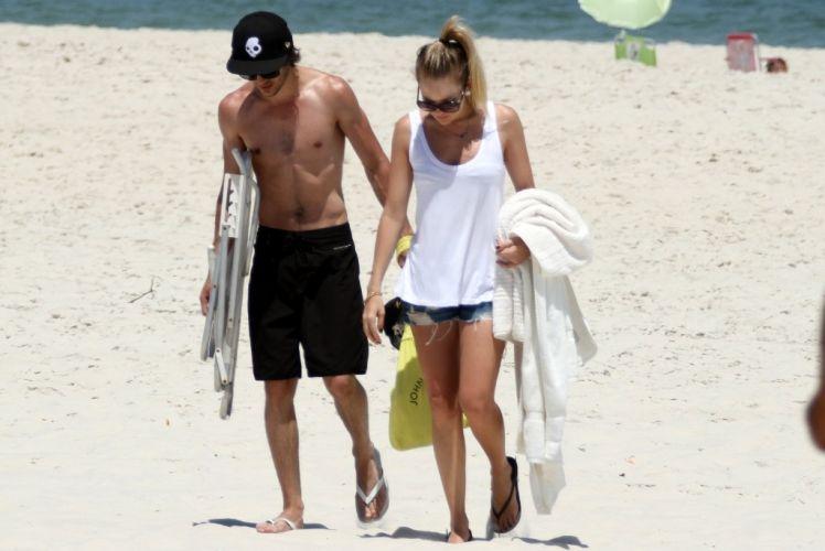 Sexta-feira (24/2) - O cantor Fiuk aproveitou a tarde ao lado da namorada, Natalia Frascino, na praia da Barra da Tijuca, no Rio de Janeiro.