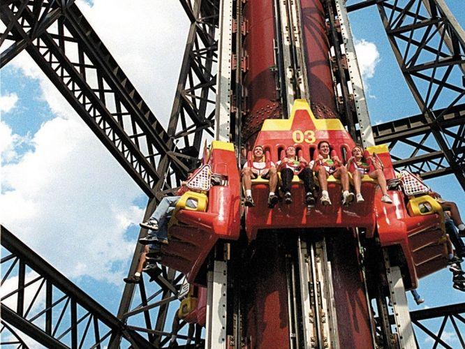 Sexta-feira (24/2) - Um acidente em um dos brinquedos do parque de diversões Hopi Hari matou uma adolescente de 14 anos. A assessoria de imprensa do parque confirmou a morte. De acordo com a PM, a garota se desprendeu do assento do brinquedo conhecido como elevador e caiu. Torre Eiffel é um elevador que cai de 69 m de altura.