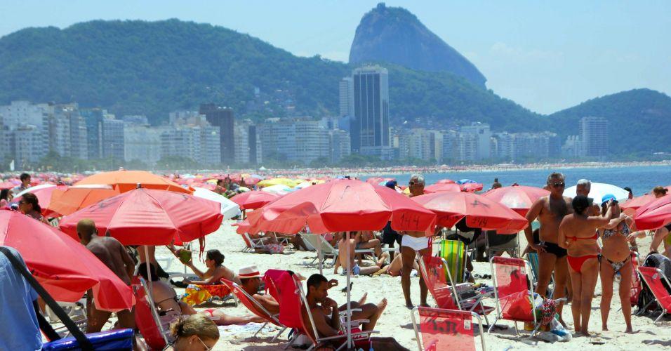 Sexta-feira (24/2) - Turistas e cariocas aproveitam o calor na praia de Copacabana, zona sul do Rio de Janeiro
