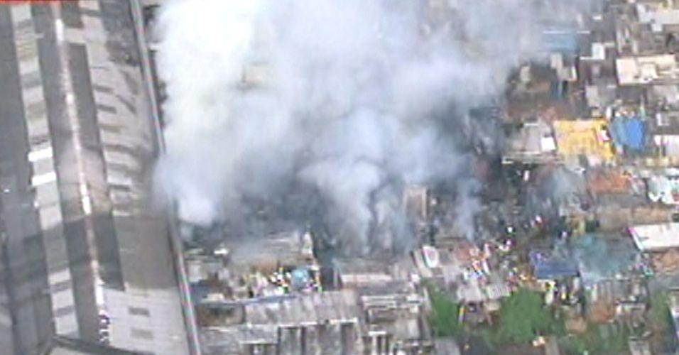 Segunda-feira (27/2) - Incêndio atinge favela no bairro do Ipiranga, zona sul de São Paulo. A comunidade, que fica próxima à avenida do Estado, possui muitos barracos de madeira, o que teria facilitado a propagação do fogo. 14 equipes dos Bombeiros se dirigiram ao local para combater o fogo, que foi controlado.
