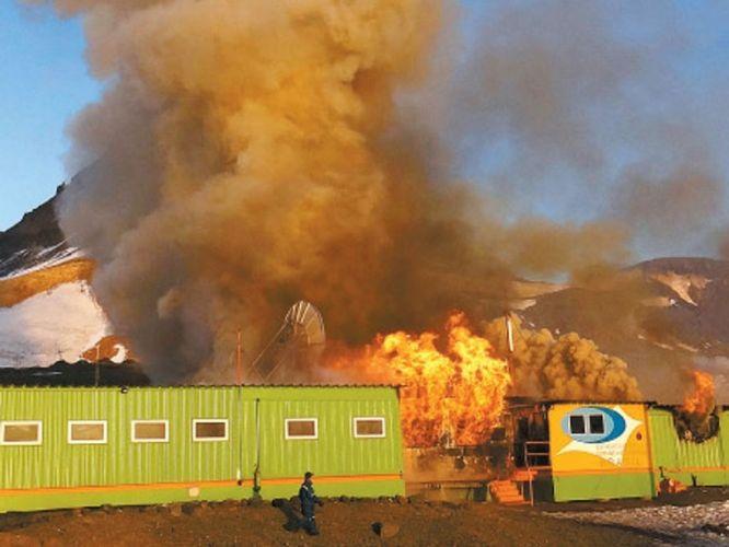 Segunda-feira (27/2) - As apurações preliminares sobre o incêndio que destruiu a Estação Antártica Comandante Ferraz, na Antártida, indicam que uma falha no sistema elétrico gerou o incêndio na base, segundo o embaixador do Brasil no Chile, Frederico Cezar de Araújo. O incêndio começou na madrugada de sábado (25/2) e atingiu a casa de máquinas da estação, levando à destruição de 70% da base, segundo a Marinha. Dois militares morreram no acidente e um ficou ferido.