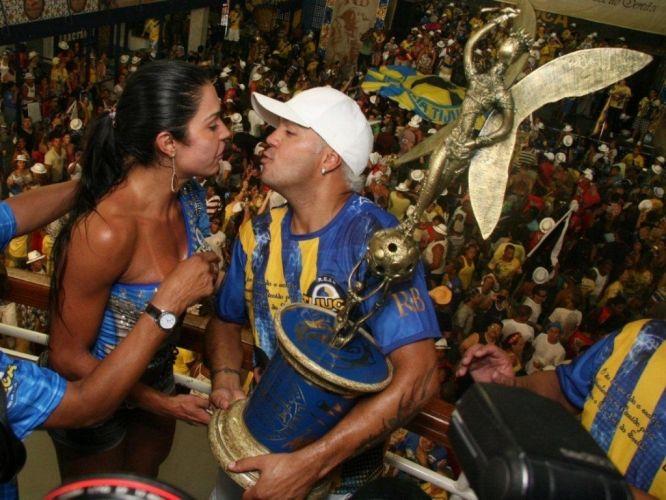 Segunda-feira (27/2) - O cantor Belo e a rainha de bateria da Unidos da Tijuca, atual campeã do Carnaval carioca, Gracyanne Barbosa vão se casar no dia 17 de maio. Segundo a assessoria de imprensa de Gracyanne, a data prevista para o casamento é 17 de maio. Os dois ainda não sabem, contudo, onde será a cerimônia. Belo e Gracyanne estão juntos desde de 2007.