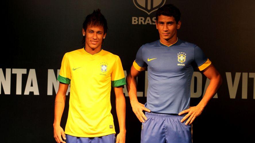 Sexta-feira (3/2) - Em um evento no Rio de Janeiro, a Nike apresentou os novos uniformes da seleção brasileira de futebol. Neymar e Ganso, pouco mais de 12 horas após entrarem em campo pela primeira vez na temporada, subiram ao palco para exibir as camisas amarela e azul. A principal novidade ficou por conta da exclusão da polêmica tarja verde que havia na parte da frente da camisa. Agora o uniforme tem um visual mais limpo, apenas com o brasão da CBF e o símbolo da Nike na parte dianteira.