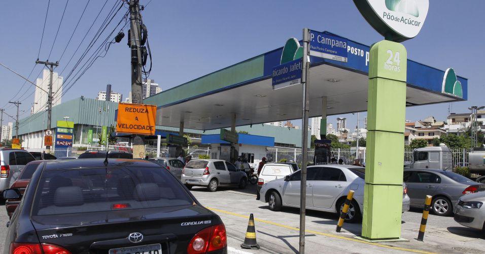 Terça-feira (6/3) - Motoristas com medo que falte gasolina e álcool em São Paulo, por causa da paralisação dos motoristas de caminhões tanque, fazem fila em posto de combustíveis na esquina da rua Pedro Campana com avenida Ricardo Jafet, no Ipiranga, bairro da zona sul da capital paulista.