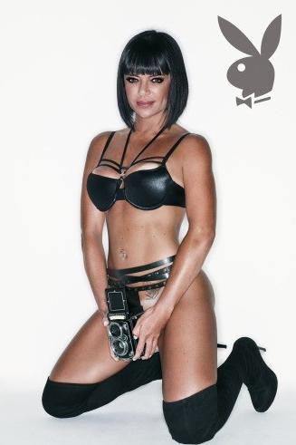 Terça-feira (6/3) - A revista 'Playboy' divulgou novas imagens da assistente de palco no programa do Ratinho, Valentina Francavilla. Ela cortou os cabelos e usou um figurino sexy especial para encarar uma personagem honônima de HQ.