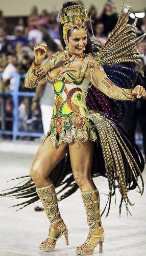 Quinta-feira (8/3) - Luiza Brunet foi oficialmente destituída do cargo de rainha de bateria da Imperatriz Leopoldinense após 17 anos no posto. Por meio de sua assessoria de imprensa, a escola afirmou que a ex-modelo tem uma agenda muito cheia e que frequentou a quadra da escola menos do que deveria. Na foto, Luiza desfila no Carnaval 2012 pela Imperatriz. Em abril, uma seleção deve escolher a nova rainha.