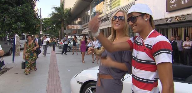 Sexta-feira (9/3) - Um sósia do jogador de futebol Neymar passeou durante a semana por São Paulo de Porsche e chamou a atenção de fãs e transeuntes. Ele é um dos finalistas do concurso 'Eu Sou a Cara Dele', do 'Domingo Legal', que procura o brasileiro mais parecido com o craque.