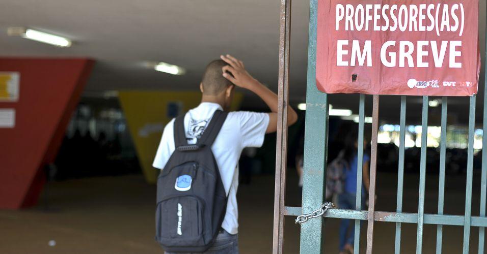 Segunda-feira (12/3) - Cerca de 500 mil estudantes da rede pública de ensino do Distrito Federal estão sem aulas. Os professores entraram em greve e pedem a equiparação média salarial com outras carreiras de nível superior do governo distrital