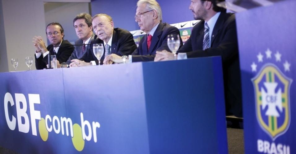 Segunda-feira (12/3) - O ex-governador de São Paulo e vice-presidente da CBF, José Maria Marín (centro), assume os dois postos deixado por Ricardo Teixeira, a presidência da Confederação Brasileira de Futebol (CBF) e do Comitê Organizador Local (COL) da Copa do Mundo de 2014 favorece a organização do Mundial no Brasil.