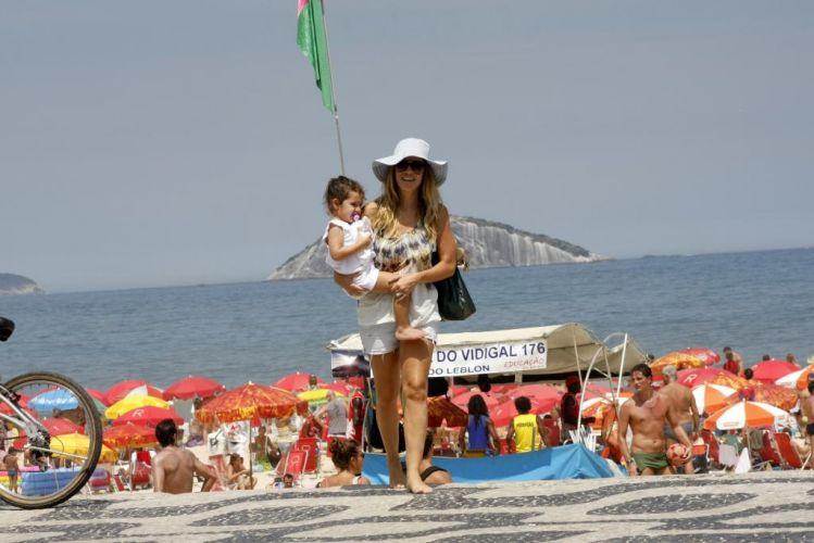 Terça-feira (13/3) - Ingrid Guimarães aproveitou o tempo quente na praia do Leblon, no Rio de Janeiro, com a filha Clara. Ao perceber a presença do fotógrafo, Ingrid abriu um belo sorriso.