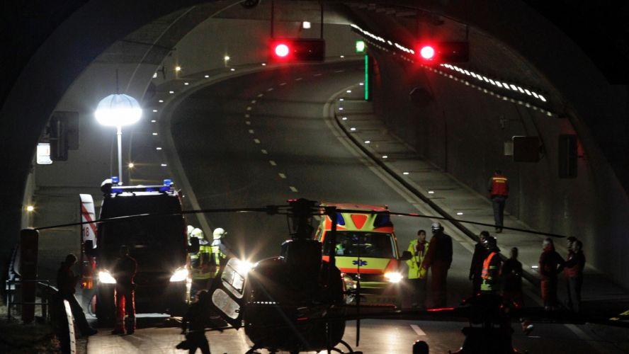 Quarta-feira (14/3) - Vinte e oito pessoas, incluindo 22 crianças, morreram na noite em um acidente de ônibus em Sierre, no cantão de Valais, sul da Suíça. O ônibus, que tinha placa belga, seguia para Sion e bateu na parede de um túnel entre as saídas leste e oeste de Sierre. O veículo havia desviado da trajetória original por uma razão ainda desconhecida.