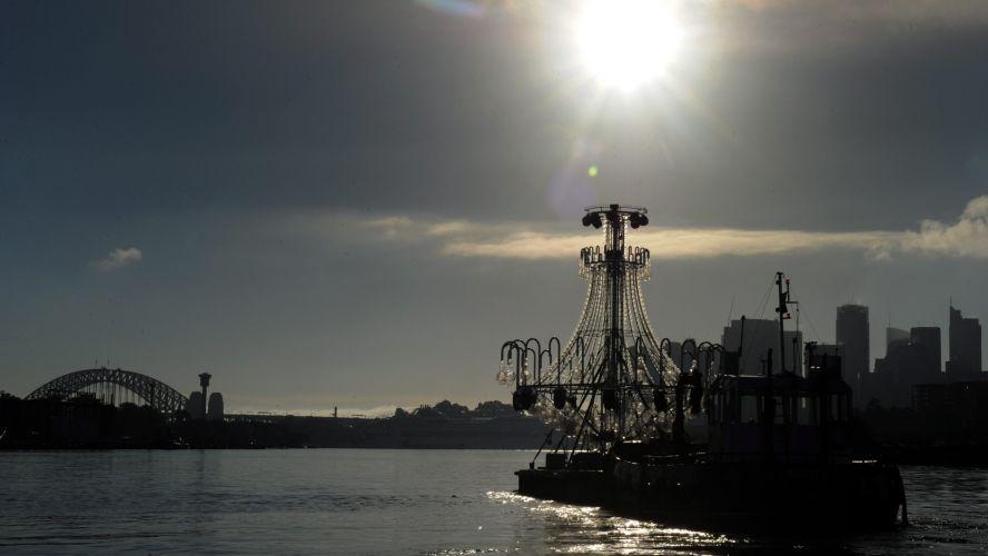 Sexta-feira (16/3) - Candelabro de 9 metros, coberto com 10 mil cristais Swarovski, é transportado pelo porto de Sydney, na Austrália, para ser alocado em cenário flutuante ao lado da Ópera de Sydney, onde será executada La Traviata