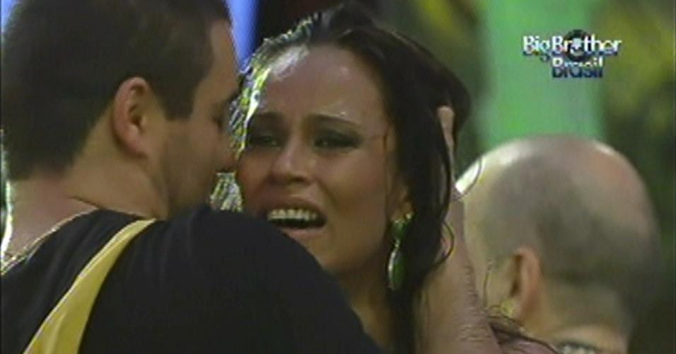 Kelly Medeiros chora durante a festa de sábado (14)