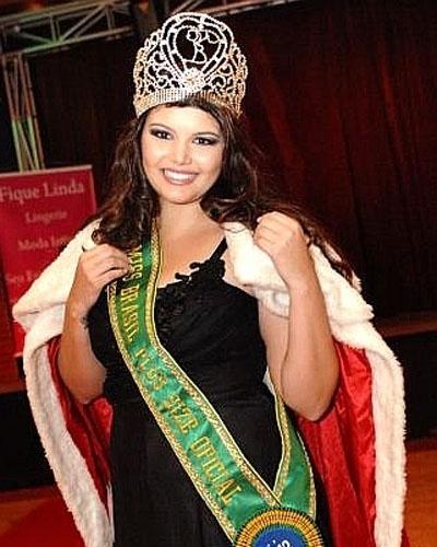 A bela Cleo Fernandes, de Goiânia (GO), foi coroada Miss Brasil Plus Size (MBPS), na noite do último sábado (23), em São Paulo