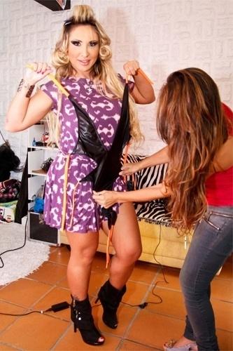 """Com bobs no cabelo, Sabrina Boing Boing mostra roupa de ensaio para a revista """"Lovers"""", em São Paulo (13/3/12)"""